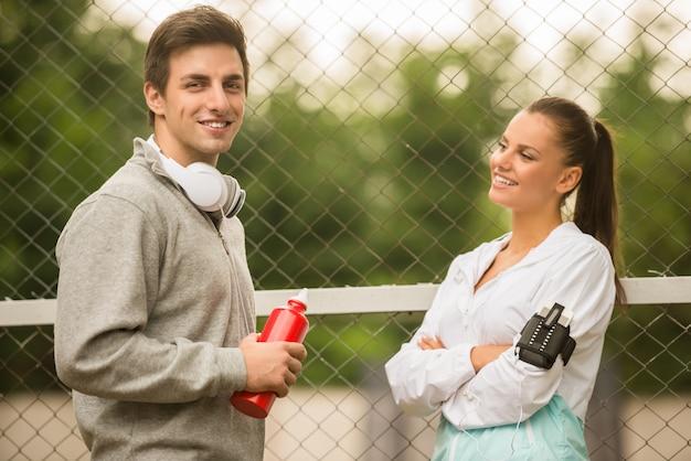 Jugendliche in sportbekleidung entspannen sich. Premium Fotos