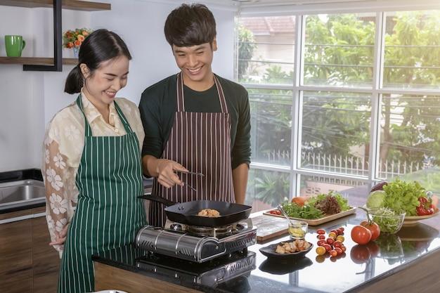Jugendliche machen garnelensalat in der küche. Premium Fotos