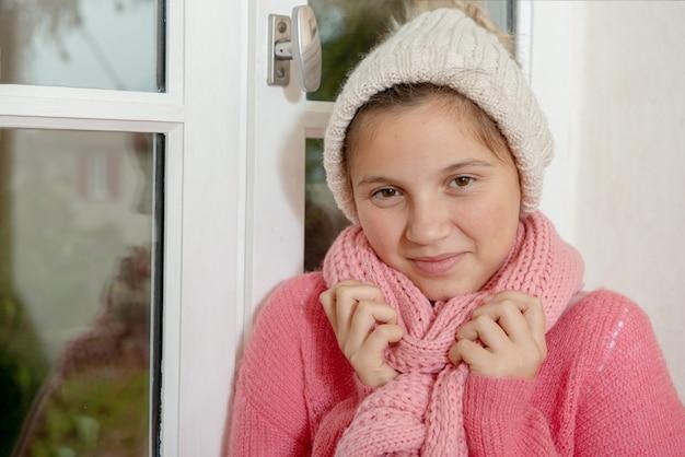 Jugendliche mit einer rosa strickjacke und einem hut Premium Fotos