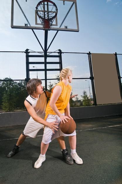 Jugendliche spielen basketball Kostenlose Fotos