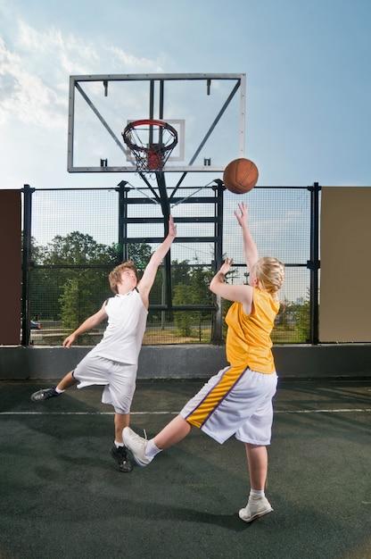 Jugendliche spielen streetball Kostenlose Fotos