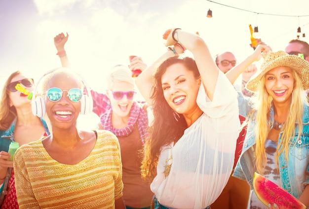 Jugendlichefreunde-strandfest-glück-konzept Premium Fotos