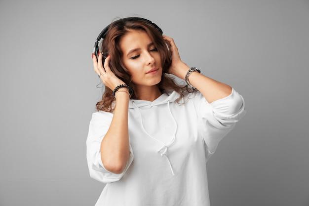 Jugendlicher der jungen frau, der musik mit ihren kopfhörern hört Premium Fotos