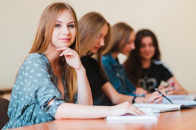 Jugendlicher, der nahe freunden studiert Kostenlose Fotos
