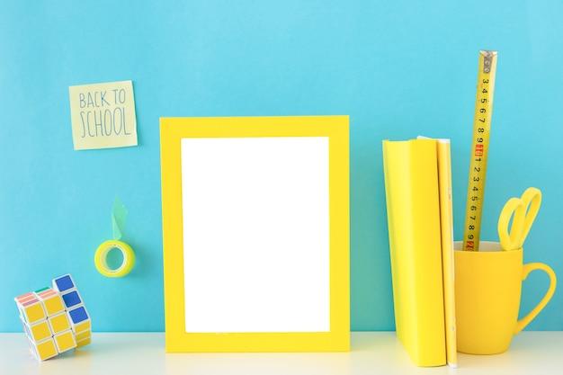 Jugendlicher gelber und blauer arbeitsplatz mit rubiks würfel Kostenlose Fotos