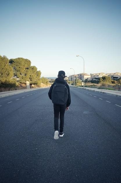 Jugendlicher von hinten leere straßenperspektive Premium Fotos