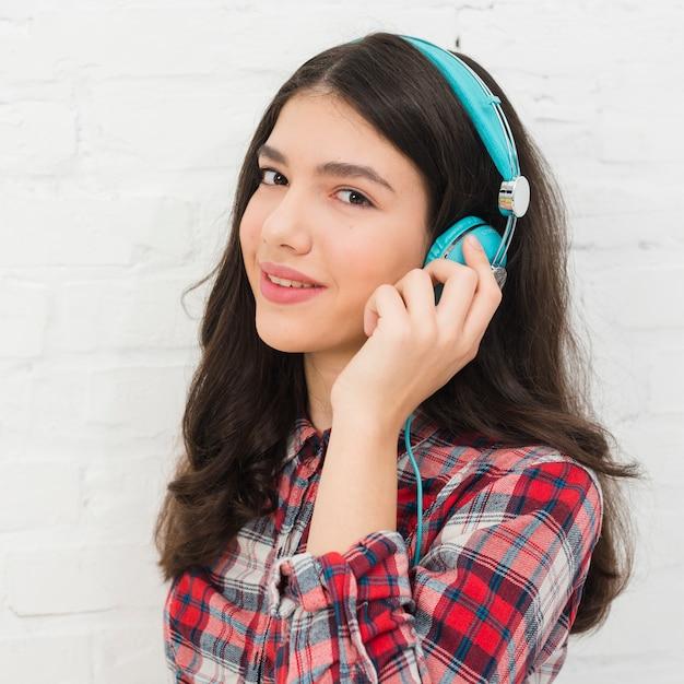 Jugendlichmädchen, das musik hört Kostenlose Fotos