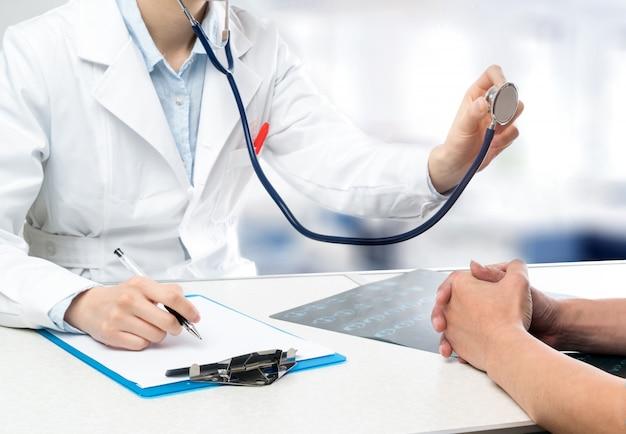 Junge ärztinnen diagnostizieren patienten mit stethoskopen Premium Fotos