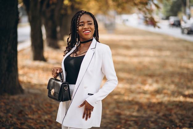 Junge afrikanische frau kleidete in der weißen klage im park an Kostenlose Fotos