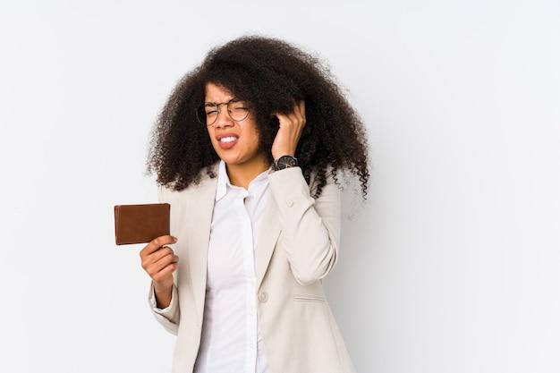 Junge afro geschäftsfrau, die ein kreditauto lokalisiert hält junge afro geschäftsfrau, die ein kredit carcovering ohren mit den händen hält. Premium Fotos