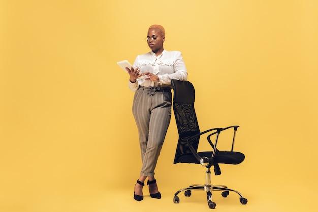 Junge afroamerikanerfrau in der freizeitkleidung. bodypositive weibliche figur, plus größe geschäftsfrau Kostenlose Fotos