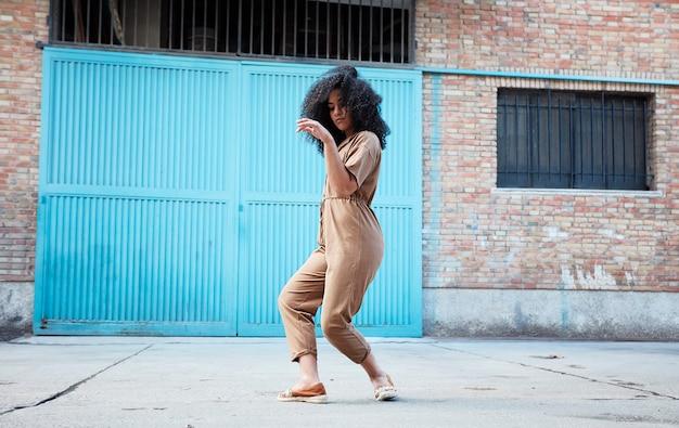 Junge afroamerikanerfrau tanzt Kostenlose Fotos