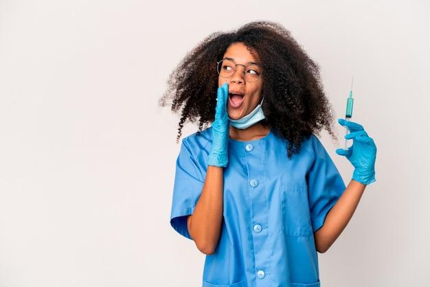 Junge afroamerikanische ärztin, die eine spritze hält Premium Fotos