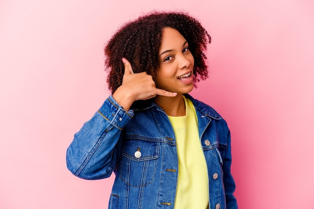 Junge afroamerikanische mischrassenfrau isoliert, die eine handy-anrufgeste mit fingern zeigt. Premium Fotos