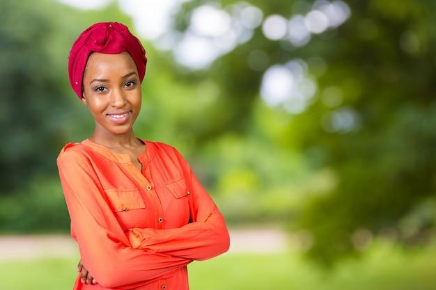 Junge afroschönheit, die ein rotes kopftuch trägt Premium Fotos