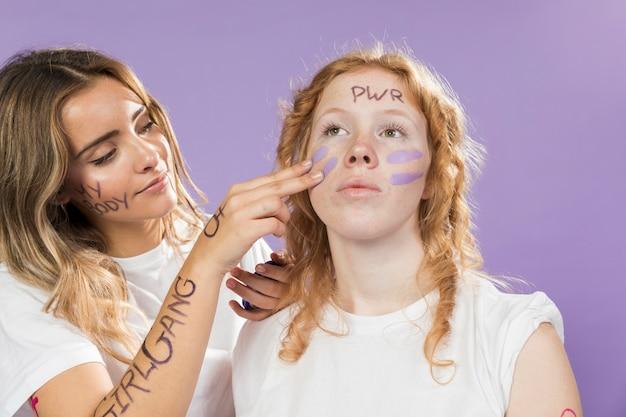 Junge aktivisten bereiten sich auf die manifestation vor Kostenlose Fotos