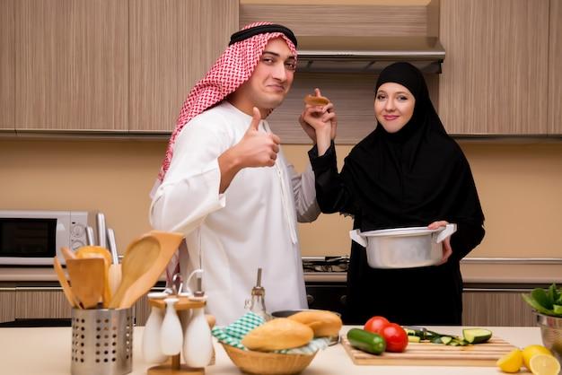 Junge arabische familie in der küche Premium Fotos