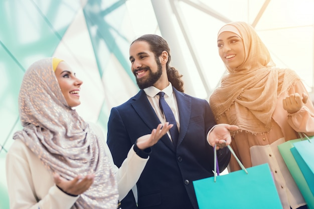 Junge arabische leute, die im modernen mall kaufen Premium Fotos