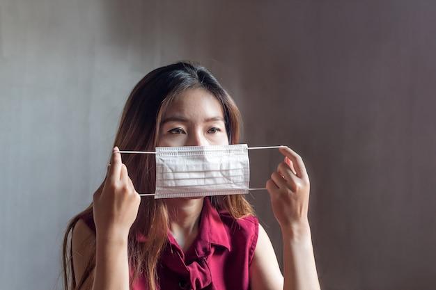Junge asiatische chinesische thailändische frau, die atemmaske trägt Premium Fotos