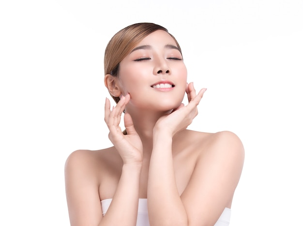 Junge asiatische frau der schönheit mit perfekter gesichtshaut. gesten für werbung behandlung spa und kosmetologie. Premium Fotos