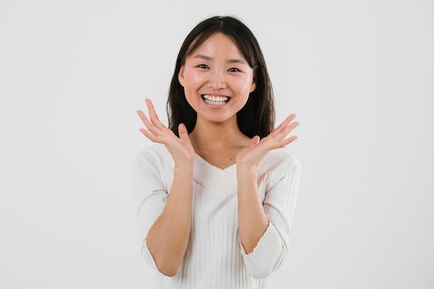 Junge asiatische frau, die glücklich schaut Kostenlose Fotos