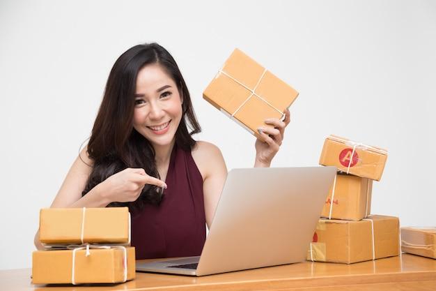 Junge asiatische frauen mit dem freiberuflich tätigen kleinunternehmer des starts und aufgeregt über die bestellungen vieler kunden, online-marketing-verpackungskastenlieferung, thailändisches modell Premium Fotos