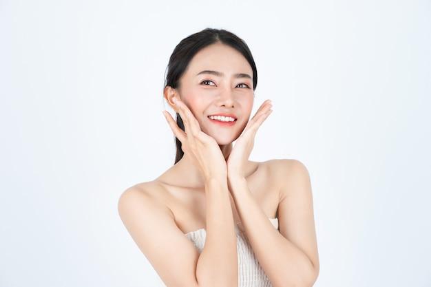 Junge asiatische schöne frau im weißen unterhemd, hat gesunde und helle haut. Premium Fotos