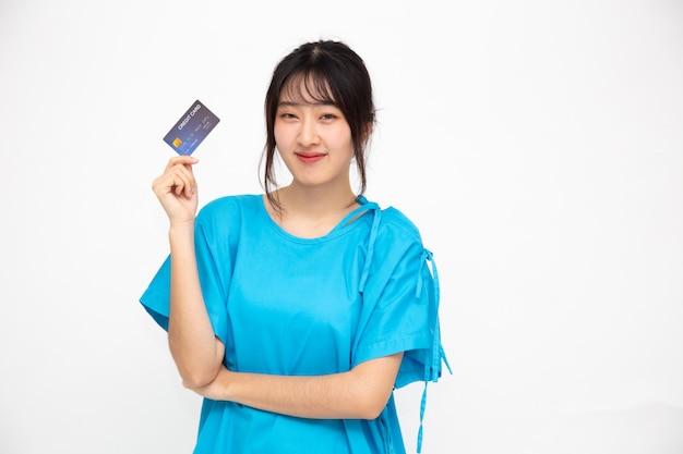 Junge asiatische schöne frau patient zeigt kreditkarte Premium Fotos