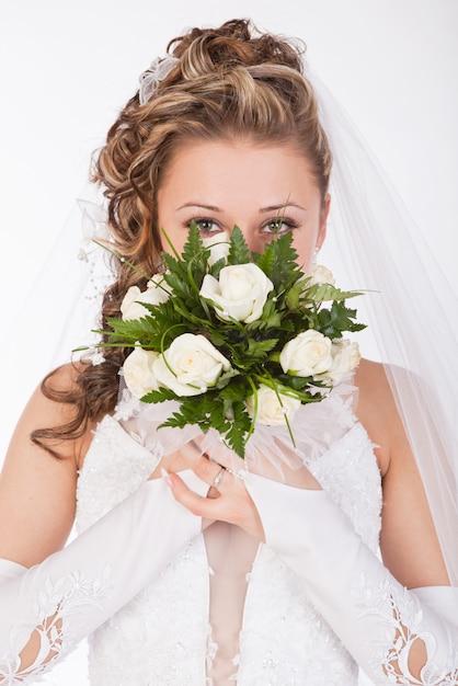 Junge attraktive braut mit dem blumenstrauß der weißen rosen Premium Fotos