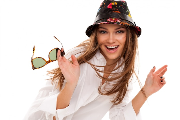 Junge attraktive frau im hemd und in der sonnenbrille Kostenlose Fotos