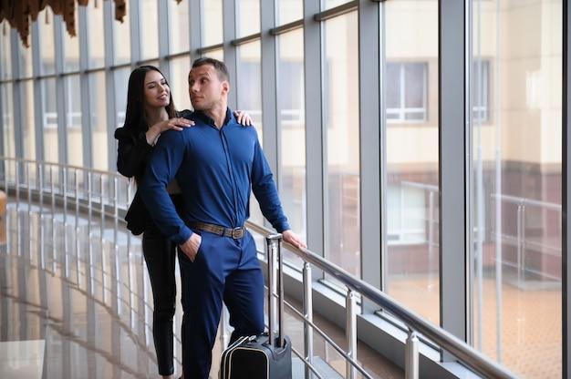 Junge attraktive mitglieder des geschäftsfinanzteams am flughafen. Premium Fotos