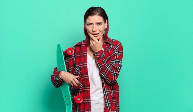 Junge attraktive rote haarfrau mit mund und augen weit