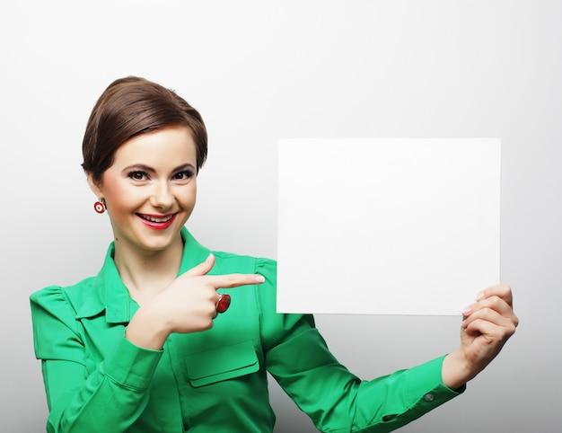 Junge beiläufige frau glücklich, unbelegtes zeichen anhalten Premium Fotos