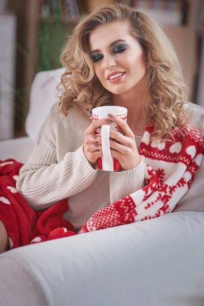 Junge blonde frau, die heiße schokolade trinkt Kostenlose Fotos