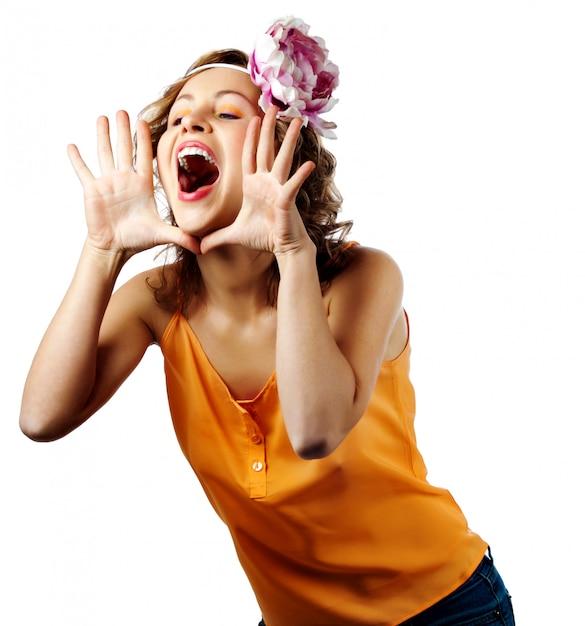 Junge blonde frau schreien und schreien mit ihren händen als rohr Premium Fotos