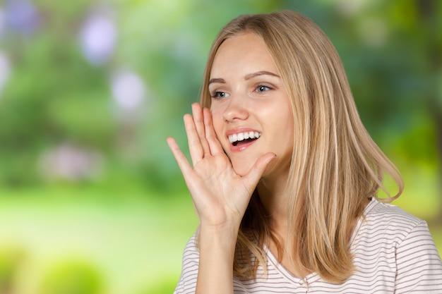 Junge blonde frau schreien und schreien Premium Fotos