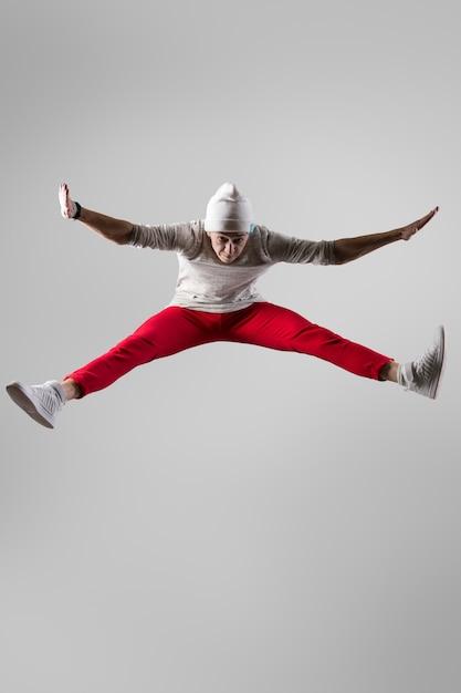 Junge breakdancer springen Kostenlose Fotos