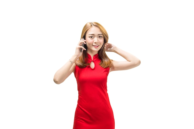 Junge chinesische frau in der traditionellen kleidung, die am handy steht und spricht Premium Fotos