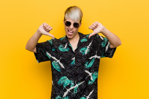 Junge curvy frau, die einen sommerblick unten zeigt daumen und abneigung ausdrückt trägt. Premium Fotos