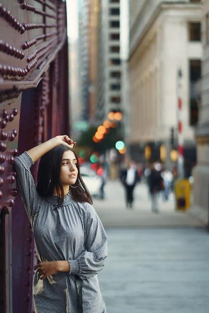 Junge dame über die brücke in der stadt Kostenlose Fotos