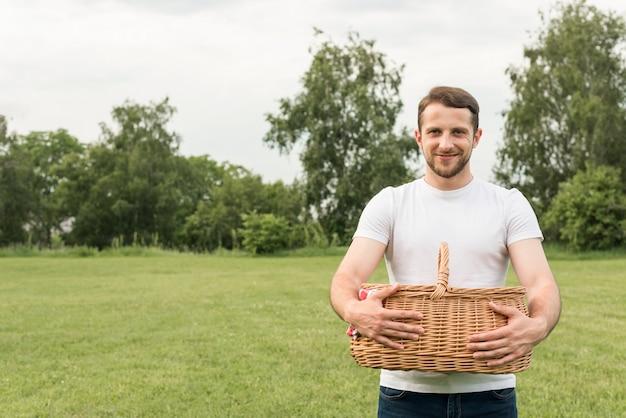 Junge, der einen picknickkorb hält Kostenlose Fotos