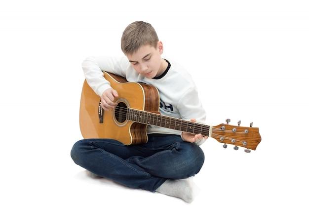 Junge, der gitarre spielt Premium Fotos