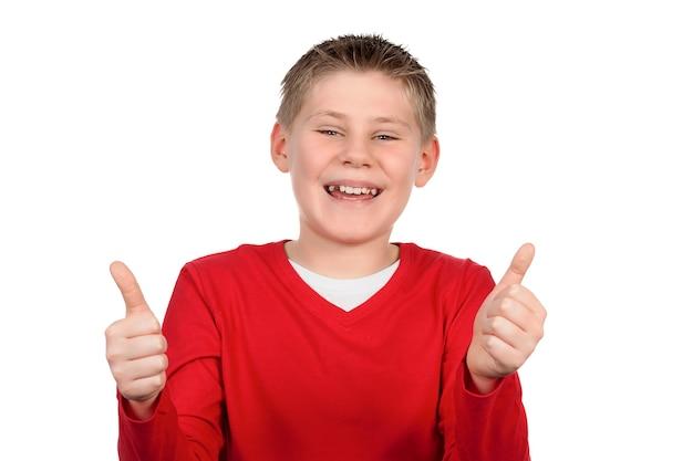 Junge, der ihnen daumen hoch auf weißem raum gibt Kostenlose Fotos