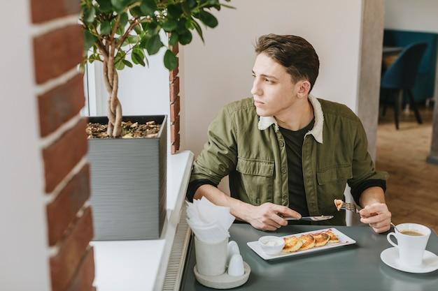 Junge, der in einem restaurant isst Kostenlose Fotos