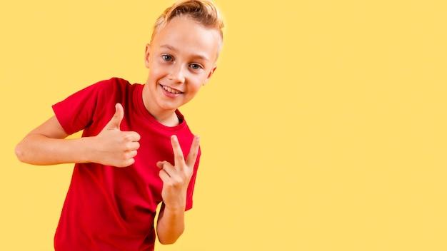 Junge, der okayzeichen und frieden mit kopieraum zeigt Kostenlose Fotos