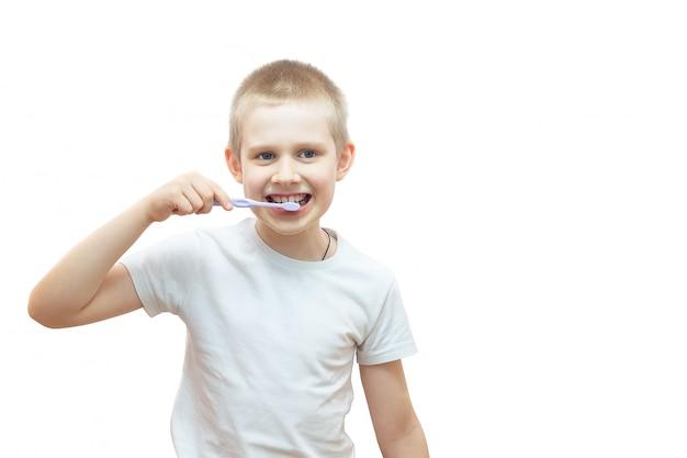 Junge, der seine zähne putzt Premium Fotos