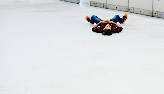Junge, der spaß mit schlittschuh hat Kostenlose Fotos