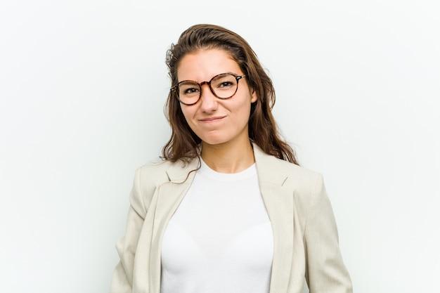 Junge europäische geschäftsfrau zuckt mit den schultern und die offenen augen, die verwirrt werden. Premium Fotos
