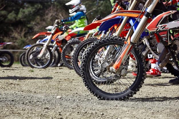 Junge fahrer auf motorrädern an der startlinie während des cup winter motocross Premium Fotos
