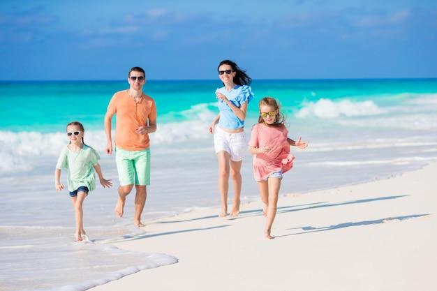 Junge familie am strandurlaub Premium Fotos